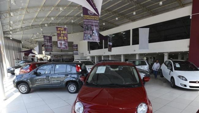 Com vendas em queda, concessionárias apostam em promoções para atrair clientes