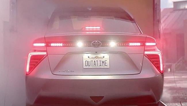 Toyota Mirai vira carro do filme 'De volta para o futuro'