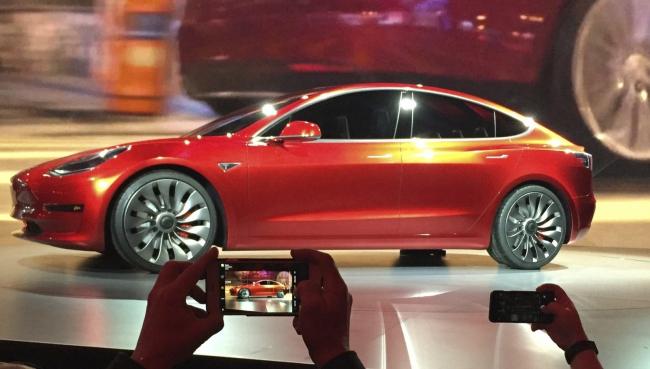 Carro el�trico a pre�o 'popular' come�a a ser produzido pela Tesla